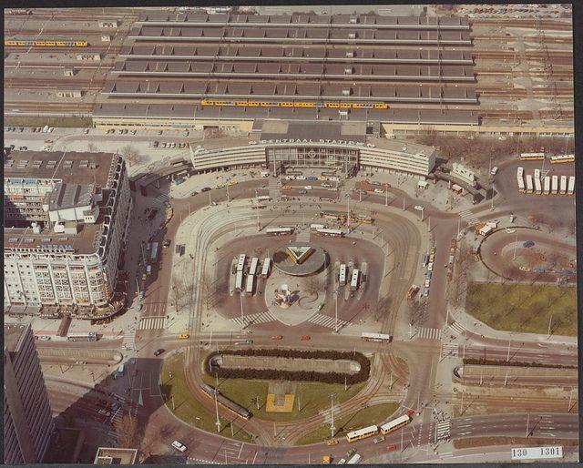 """Het in 2008 gesloopte Centraal Station van Rotterdam was een veelgeprezen werk van architect Sybold van Ravesteyn. Het Station gold algemeen als """"een belangrijk en beeldbepalend element van de Wederopbouw"""" en was bovendien één van de weinige bewaarde stations van Van Ravesteyn in Nederland. Ontwerp Centraal Station Het Centraal Station in Rotterdam, gebouwd tussen 1954 en 1957, was één van de laatste grote …"""