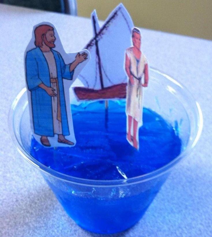 Jesus anda sobre as águas. Uma ótima ideia utilizando gelatina azul.