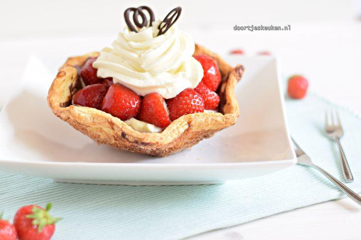 Maak met dit recept deze lekkere aardbeienschelp met Zwitserse roomvulling. Een super lekkere frisse combinatie met verse aardbeitjes.