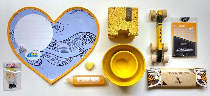 Amamos el color #amarillo: imán Madonna + individual para dejar mensajes + crayón para escribir azulejos + corazón de cemento imantado + maceta de caucho reciclado + cuencos de cerámica + autito de madera + decisor con raspadita + portalápices de tyvek (material reciclado) modelo Patagonia, ilustrado por Peet Pienar.