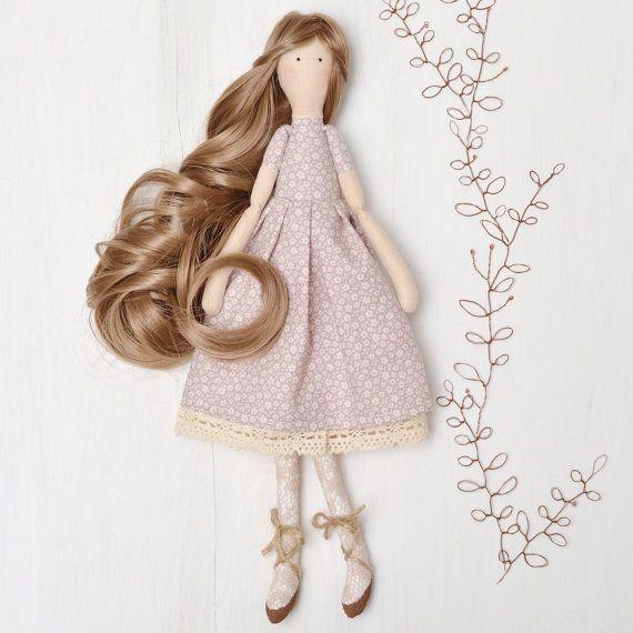 ¡ Hola! Soy muñeca de tela hecha a mano y hermoso regalo para cualquier niña o mujer que quieres sorprender! Llevo Vestido estampado floral de manga corta color malva con el encaje de algodón marfil en la parte inferior. Me tienes marrones y medias de encaje marfil y zapatos de la bailarina de la guita. Soy hecho para jugar, para que puedas peinar mi cabello largo ondulado hermoso y estilo de la manera que te guste. Mi pelo está hecho de material sintético de alta calidad. Mi cuerpo es 100%…