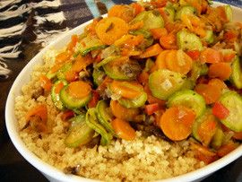 Un plato muy sencillo, fácil de hacer y delicioso es el cuscús (cous cous) con vegetales. Ideal tanto como guarnición o como plato principal.