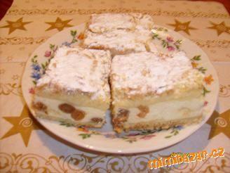 Švédský koláč3 hrnky hrubé mouky,1 hrnek moučkového cukru,1 prášek do pečiva.Na náplň 750g měkého tvarohu,rozinky,3 vejce,1 vanilkový cukr,strouhaná kůra z 1 citronu,asi půl l.mléka,1 vanilkový nebo banánový pudink,2 lžíce cukru.Na vršek koláče půlka Hery nebo Zlaté Hané.