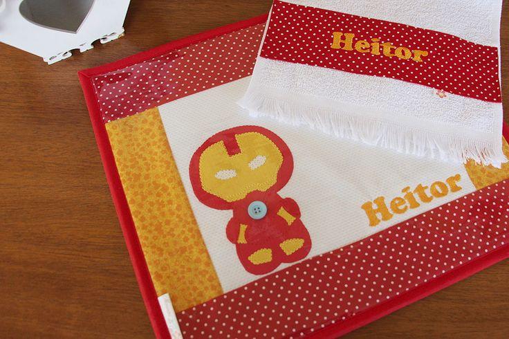 A hora do lanchinho vai ser muito mais bonita, organizada e divertida com esse kit de jogo americano + toalhinha de mão.  Próprio para levar para a escola e para a creche, para o almoço e o jantar em casa.  Feito em tecido 100% algodão, estruturado com manta especial, pode ser personalizado com a...