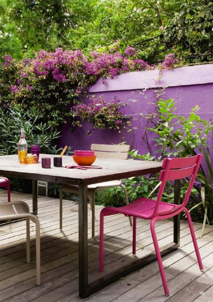 We love how well radiant orchid blends into the garden. #colour #nature