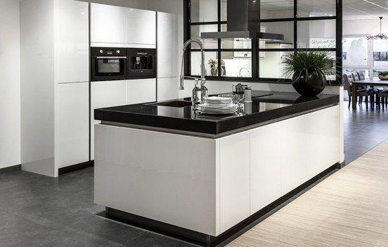Exclusieve Keukens Hilversum : KeukeneilandKeukeneiland met greeploze witte fronten in