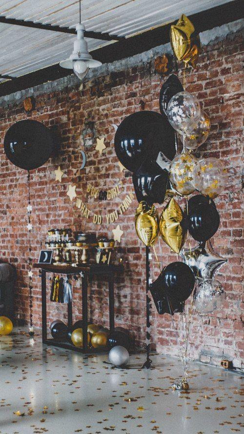 Фотосессия с черными и прозрачными большими воздушными шарами, золотые и серебренные фольгированные звезды шары на gender reveal party. Больше фото с проекта: http://www.tolstiyangel.ru/baby-shower | фотозона и сладкий стол | Black gold silver big balloon tassel garland star moon boy or girl gender reveal party