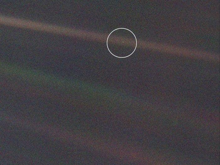 A enero de 2018, la sonda Voyager 1 se encuentra a 21.300.000.000 kilómetros, o 142 veces la distancia de la Tierra al Sol. Transmite información con una potencia de 20 watts, el equivalente a un tercio de una ampolleta incandescente, y no hay problemas para captarla en la Tierra