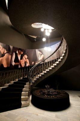 Belvedere Society Club Cluj-Napoca - un interior contemporan, cald și elegant. Galerie de fotografii cu temă ecvestră, realizată împreună cu Adriana Becichi, special pentru acest proiect.