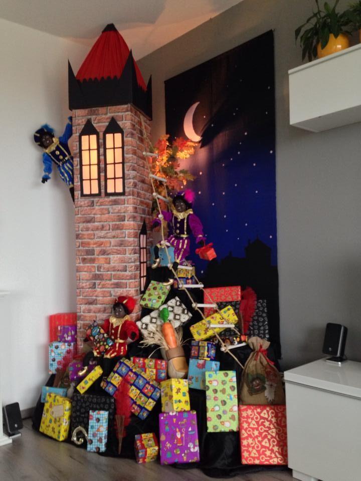 Sinterklaas decoratie 2013. Decor met zwarten pieten die een toren beklimmen in de avond met allemaal pakjes