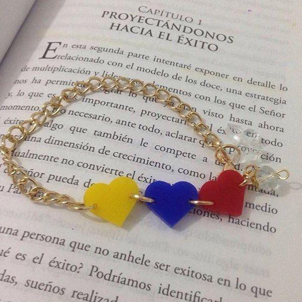 Diseños hechos con #Amor a #venezuela  #Brazalete disponible en  @carlottadesign  Compras vía  Carlottadesign7@gmail.com -  DIRECTORIO MMODA  #Tendencias con sello Venezolano  #DirectorioMModa #MModaVenezuela #DiseñoVenezolano #Venezuela #Pulseras #Brazalete #Colores #Love #Moda #Fashion #Designers