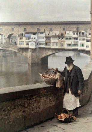 Un uomo vende melograni lungo il fiume Arno  Firenze, Italia 1934  Autocromia  Jules Gervais-Courtellemont (1863-1931)