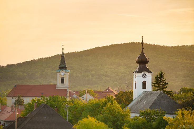 Huszár Gábor Csillag és kereszt Csákberény templomai láthatóak a képen, a Vértessel a háttérben egy gyönyörű naplementekor.  Több kép Gábortól:  https://www.facebook.com/gabor.huszar.79/media_set?set=a.632463716798331.1073741825.100001041257566&type=1&l=eb99e9f4ea