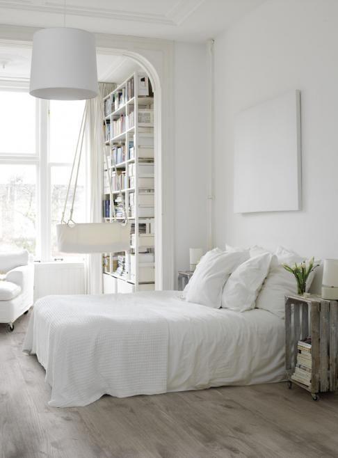 Branco e cama bonita.