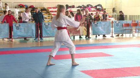 Nu consideră că reprezintă sexul slab! Mai multe femei au participat la Festivalul Feminin de Karate-do, versiunea WKF