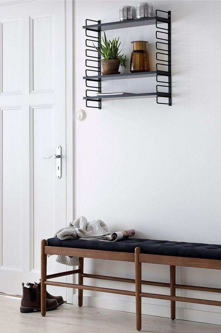 En benk som passer inn i mange rom f.eks. foran sengen, i hallen eller stuen. Stamme i massiv ask. Sittepute med trekk i lintekstil og stopp av polyeter. Str 147x40 cm. Høyde 50 cm. Montert. Vekt 15 kg. Les mer under Levering .
