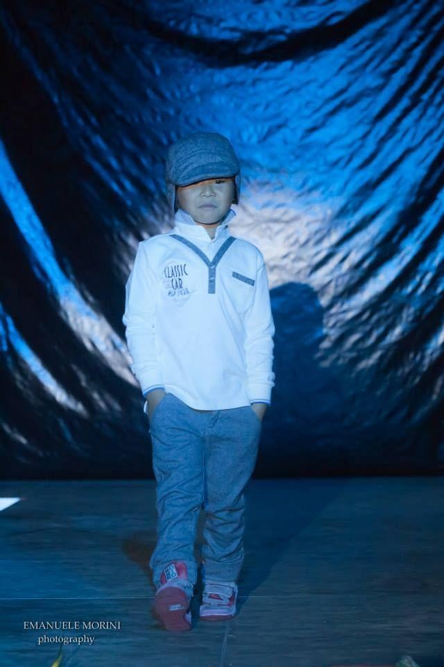 Defilè in Centro di Tutù Abbigliamento 0-14:  Emanuele indossa capi di abbigliamento di SARABANDA