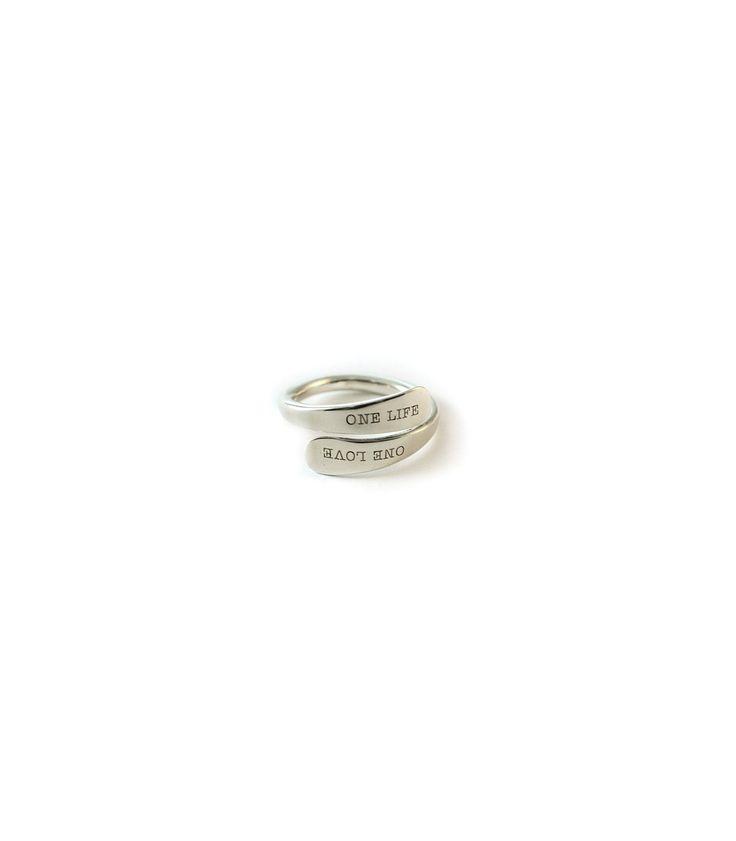 Anillo de plata personalizado con nombre para mujer. Es ideal para llevar grabado el nombre de tus hijos. El regalo perfecto para una madre.