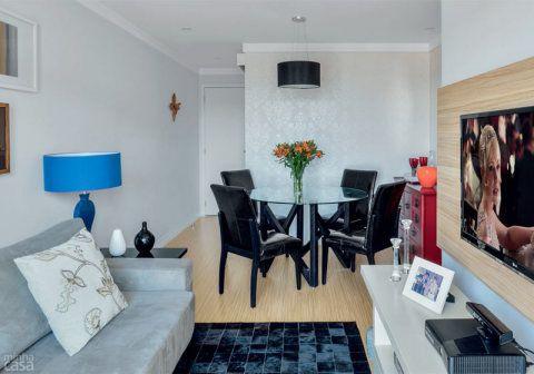 O sofá de linhas retas, revestido de ultrasuede, e o tapete de couro preto expressam a modernidade da sala. Para a área de refeições, o arquiteto indicou uma mesa redonda, de vidro, que os moradores decidiram associar a cadeiras de couríssimo preto. Cadeiras de jantar estão fora de linha. Opção: Vinca korissimo. Etna, 10 x R$ 34,99 cada.