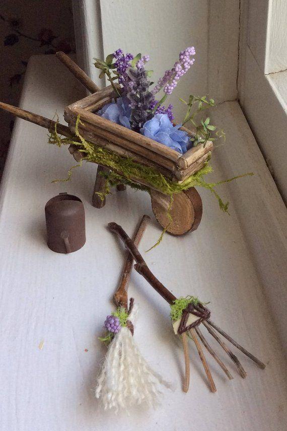 Fairy's Work by Olive * Miniaturen ~ Garden Fairy Schubkarre und Gartenzubehör Handgefertigtes Fairy Garden-Zubehör
