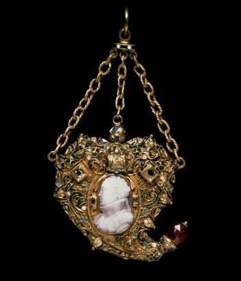 A gold enamelled, heart-shaped locket set with an onyx cameo portrait of Mary, Queen of Scots. Part of National Museums Scotland collection.
