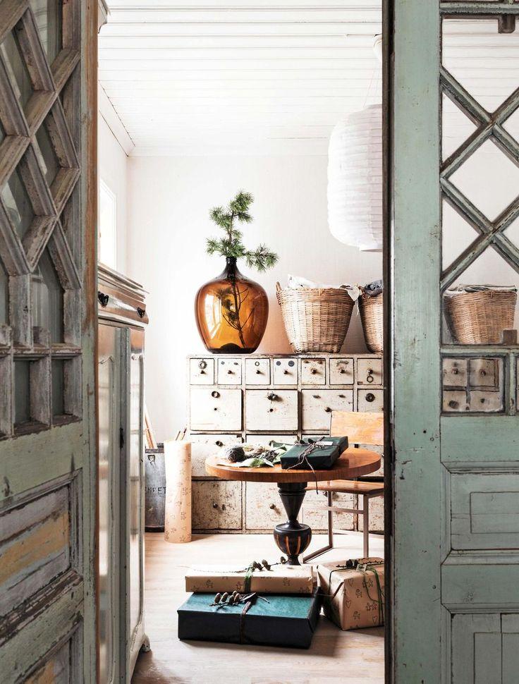 Innanför de vackra dörrarna har familjen sitt pysselrum. Dörrar och fönster är köpta på Östregårds Antik och loppmarknad i Moheda.