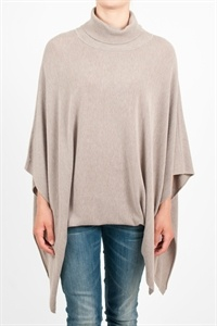 Ophelia Italy. Cape in knit with rectangular cut and batwing sleeves. Neck cyclist. 54% viscose 46% nylon.