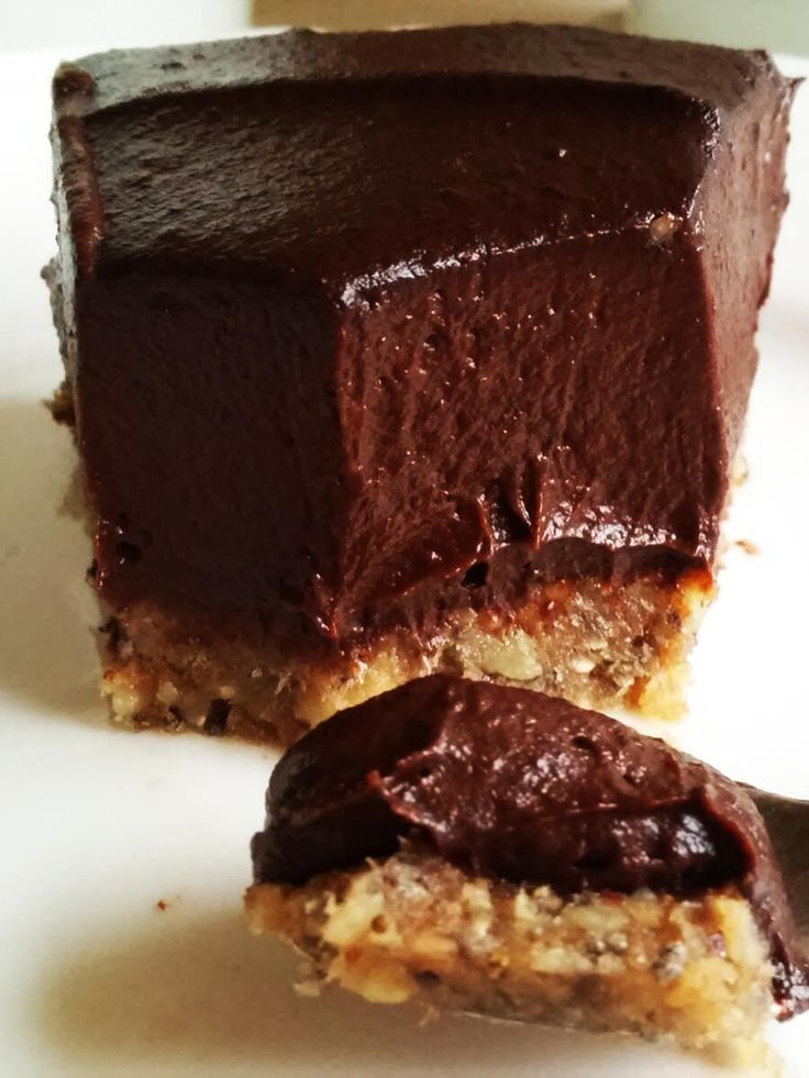 Czekoladowe wegańskie ciasto z kremem z awokado NO BAKE CAKE