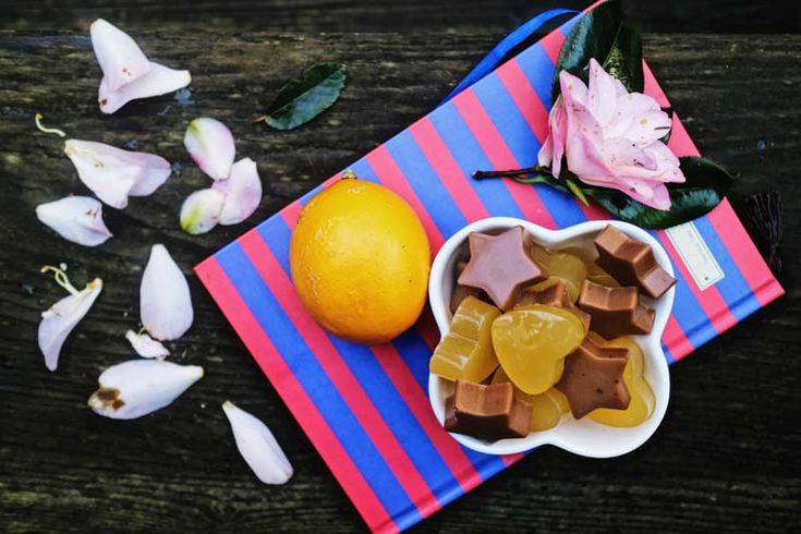 Желейный мармелад. Лимонный: 1 чаш.лим. сока (2-2,5 лим.)3 ст. л. желатина, 3 ч. л. (или по вкусу большеэритритола).Шоколадный.1чаш. жир. сливок,3ст. л. жел-на,4ч. л. эритрола, 1ст. л.кокос.мас. какао