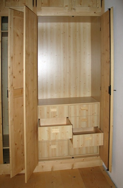 Knotless fir closet, in classical style. Interior drawers with recessed handle with the same wood finish.