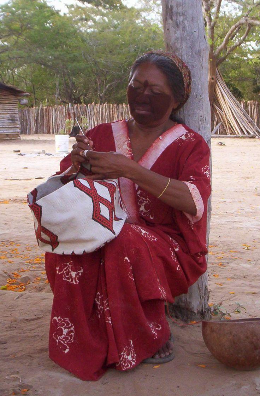 Colombia - Wayuu elaborando mochilas, La Guajira.