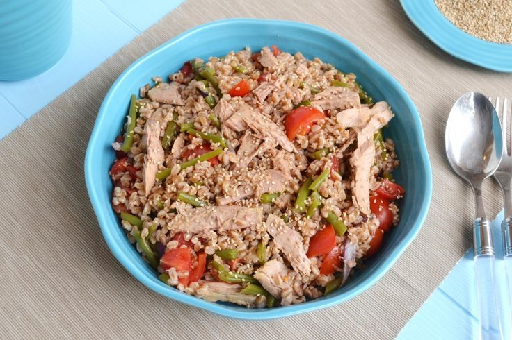L'insalata di farro, fagiolini e tonno è una delle mie scelte preferite per l'estate, perché è fresca e leggera, ma anche molto saporita, e soprattutto può essere