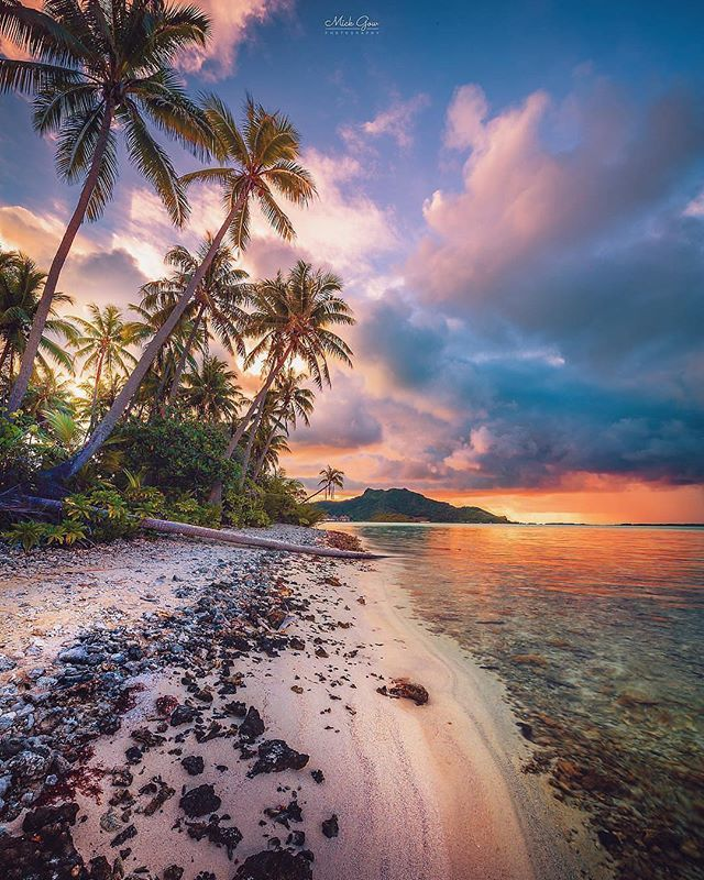 """Bora Bora es una de las Islas de Sotavento, de las Islas de la Sociedad, en la Polinesia Francesa.  La verdadera ortografía de su nombre era Pora Pora (""""primera nacida"""" en tahitiano). Se la llama también May ti pora (""""creada por dioses"""").  Vista parcial de la isla de Bora Bora"""