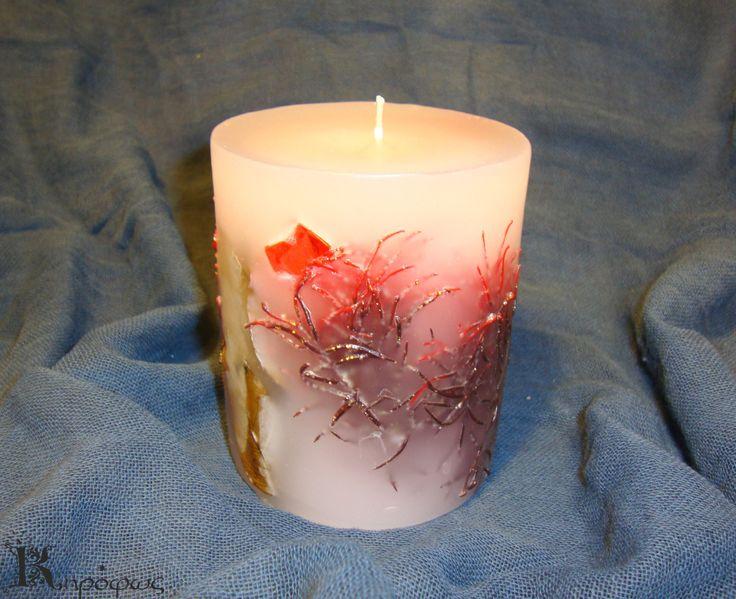 Μικρό στρογγυλό κερί με άρωμα ροδάκινο και πρασινοκόκκινες λεπτομέριες στο εσωτερικό του
