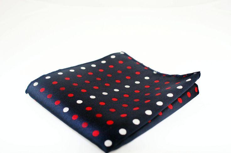 Pañuelo de bolsillo https://www.corbatasygemelos.es/panuelos-de-bolsillo/801-panuelo-azul-con-lunares-blancos-y-rojos.html