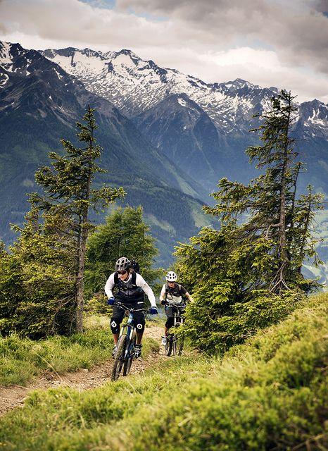 Yo sé montar en bicicleta.  Me gusta montar en bicicleta en el verano con mi familia.
