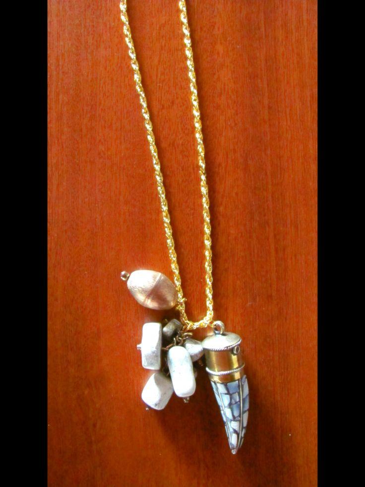 collar con cuerno de caracol y piedras combinadas