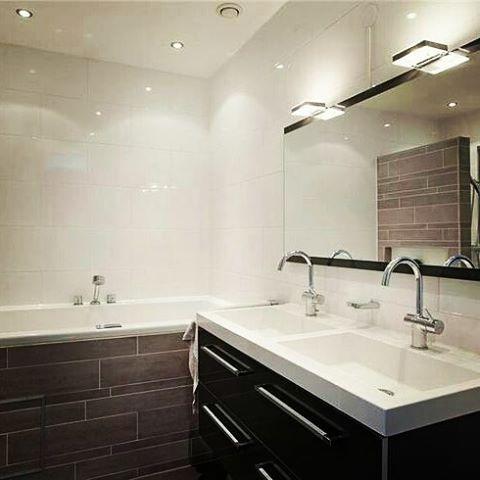 Moderne badkamer met inloopdouche ligbad toilet en dubbele wastafel moderne badkamers - Moderne badkamer met ligbad ...