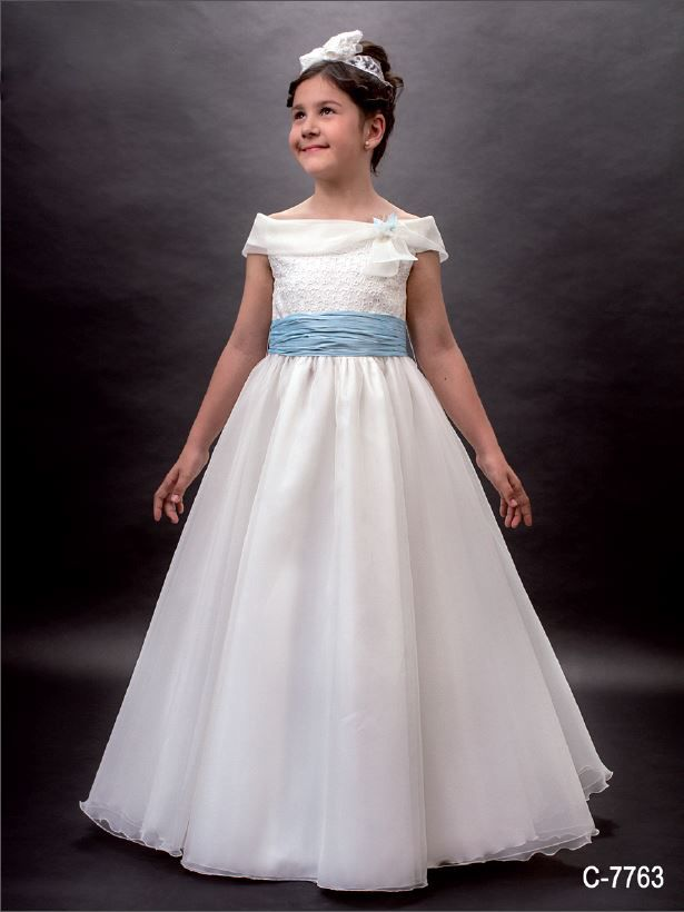 Precioso vestido de comunión con escote barco, falda capa en organza, fajín azul y cuerpo bordado con flores. ENCANTADOR!