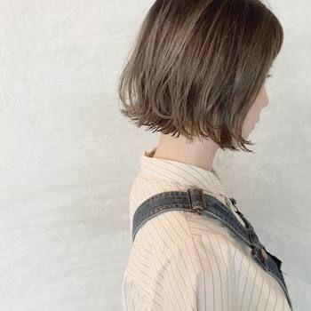 切りっぱなしがかわいい、アゴのラインで揃えられた軽快なボブスタイル。オイルやワックスで毛先を遊ばせるようにしてあげると、躍動感が出てより軽やかになりますね。