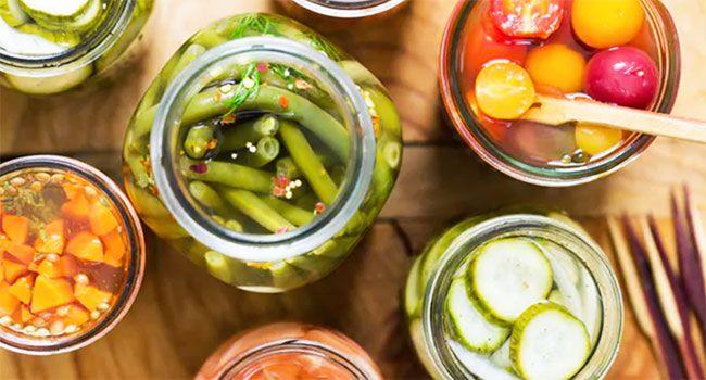 Grazie al contributo di Barbara, che nel suo blog si occupa - tra le altre cose - di tantissime ricette fermentate, scopriamo insieme tutti i segreti per fermentare le verdure partendo da una ricetta facilissima e che non necessita di strumenti particolari.