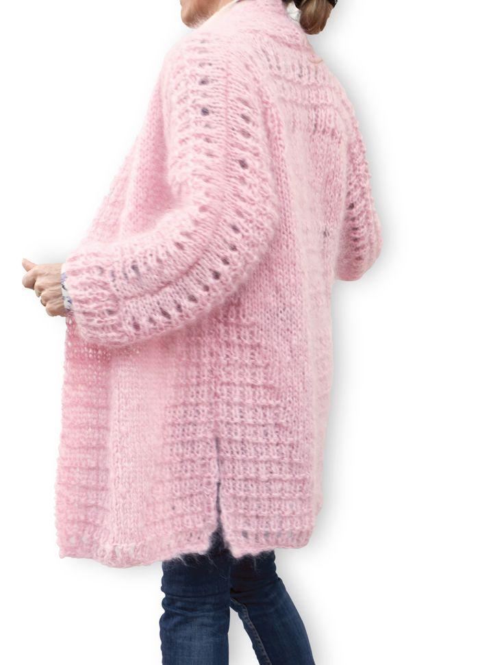 Les vestes longues oversized sont arrivées chez Welove-design.com Elles sont toutes légères et bien chaudes, tricotées à la main en mohair de haute qualité C'est un vêtement très féminin et tendance. Pratique et facile à porter avec de nombreuses tenues : chic, habillé, décontracté, sur les robes, jupes pantalon ou jean. Rendez-vous sur notre e-shop :http://welove-design.com/lifestyle/169-veste-en-mohair-rose.html