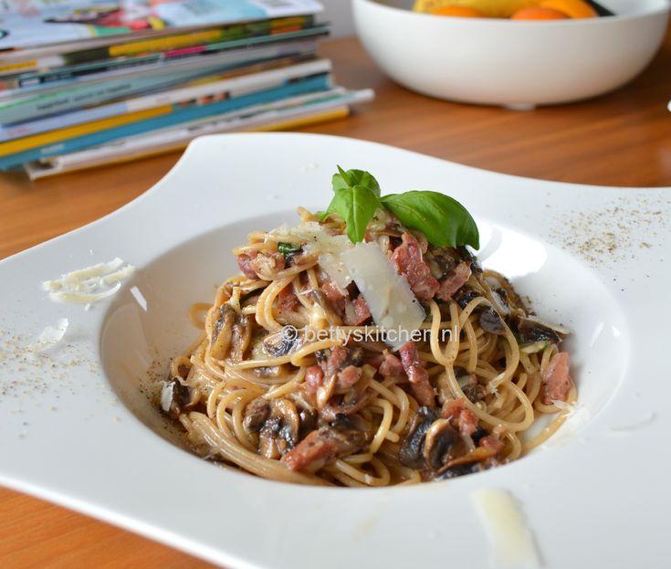 Dit is één van mijn meest favoriete pasta gerechten: Spaghetti Carbonara! Deze pasta met ei en spek niet voor niets zo berucht!