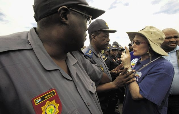 DA leader, Helen Zille, tries to get closer to President Jacob Zuma's Nkandla home. Photo: www.timeslive.co.za/ Thuli Dlamini
