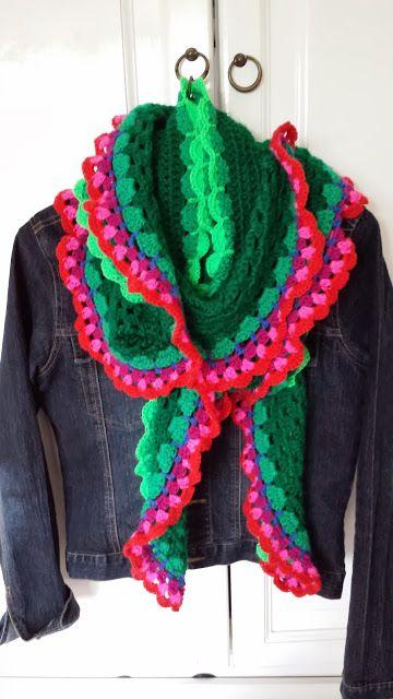T-jonge: Hele lange sjaal in wel hele vrolijke kleuren. Ooit ga ik zoiets maken. Later, als ik groot ben.