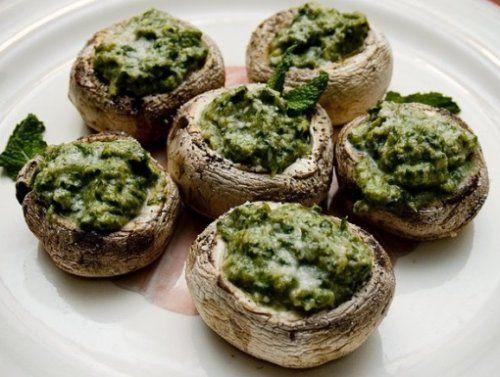 Если на вечеринках и есть закуска, которую сразу разбирают все гости, так это фаршированные грибы. На самом деле, настоящие ценители грибов могут с удовольствием добавить их почти в любое блюдо, однако если они нафаршированы и подаются как отдельное блюдо, то нет предела фантазии в том, что может быть начинкой.