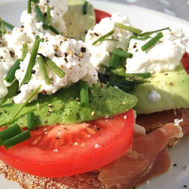 Nog zo'n #gouweouwe. #broodje of #cracker met #ham #avocado #tomaat #huttekase #bieslook . #lekker en #gezond