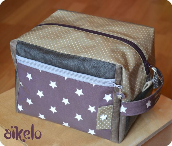 Jolie trousse + tuto ici : http://threebears.wordpress.com/2007/10/15/little-boxy-pouch-tutorial/