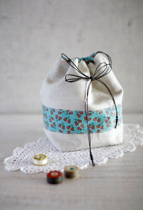 Fabric Gifts, Bag Tutorials. A step-by-step tutorial complete with photos. Как сшить мешочек с кулиской. МК.