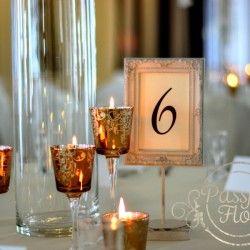 dekoracja stołu gości - numerki i świece